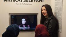 Akhrat Selevani geeft een rondleiding in Humanity House