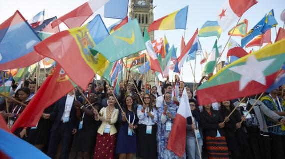Mensen met vlaggen. © One Young World - Humanity House
