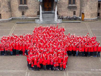 Vrijwilligers van het Nederlandse Rode Kruis vormen een rood kruis op het Binnenhof ter ere van het 150-jarig bestaan - Humanity House