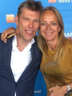 Producer Paul Koning en Floortje Dessing met Rocky Award - Humanity House
